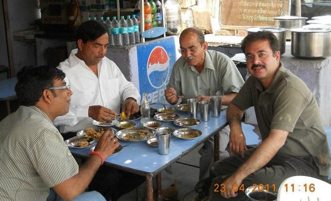 The best place to have tea and pakoras for breakfast at Hastinapur - Jainsaab ka dhaba